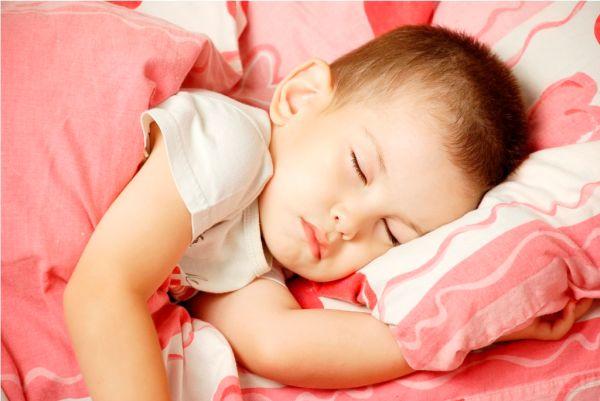 Spanie z dzieckiem – razem czy osobno?